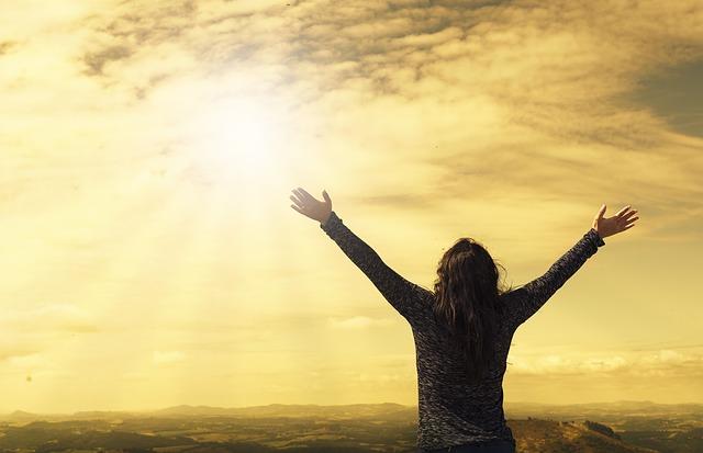 幸福を神に向かって表す人
