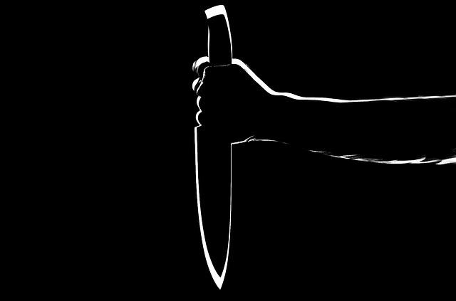 ナイフで神の木を切り落とす