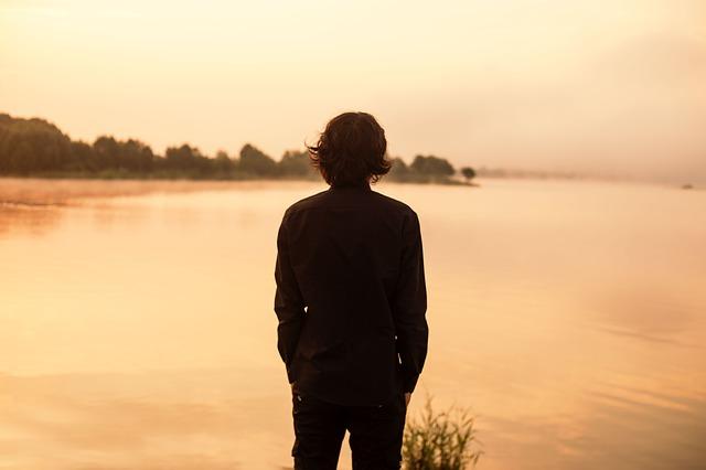 渡れるの先人が見つめる河