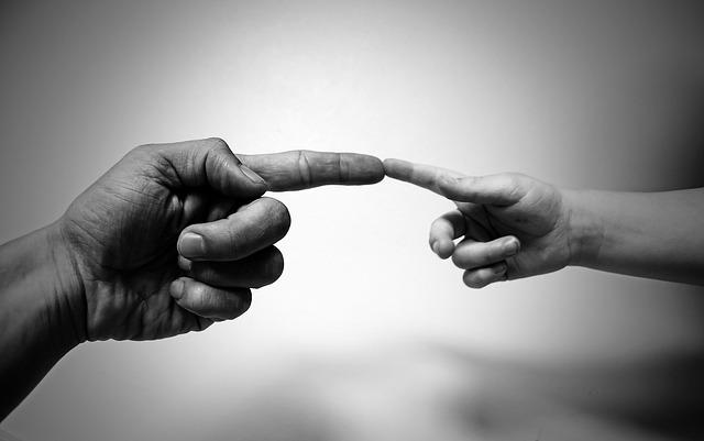 金持ちの指と憧れる貧しき者の指