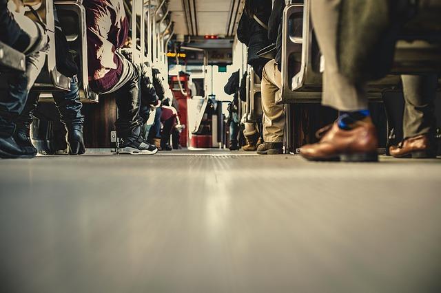 電車で席を譲る