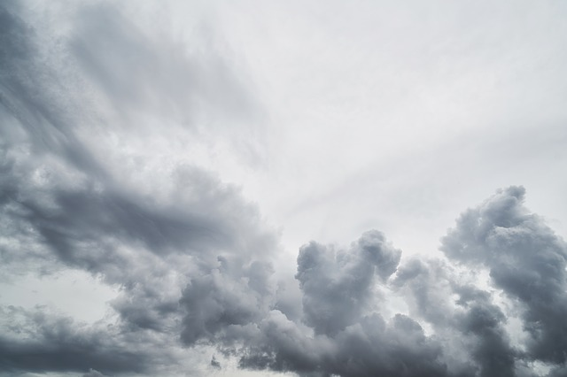 雨雲の空を見る