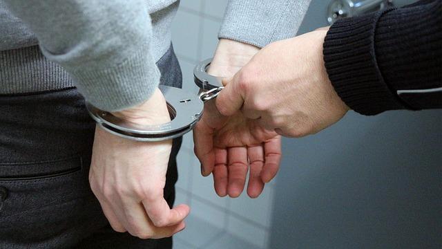 警察手錠捕まる