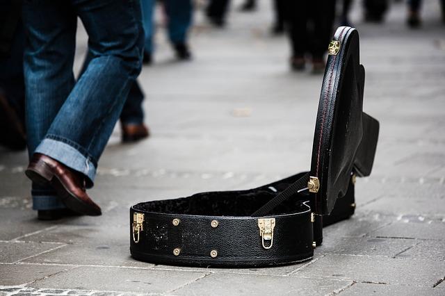 街頭でギターを弾く