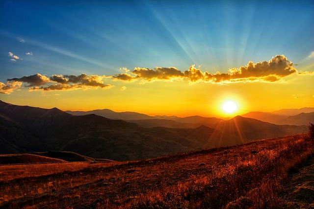 見たことのない山と光