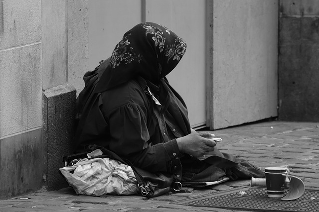 神様は乞食のまねをする。