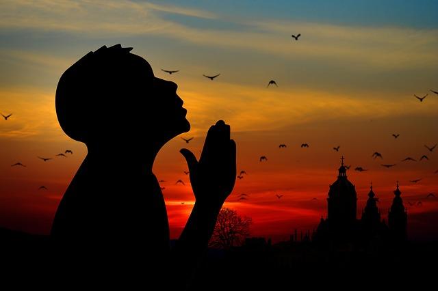 神の言葉qに耳を傾ける信者