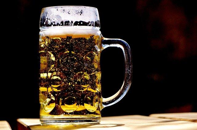 神の化身にビールをごちそう