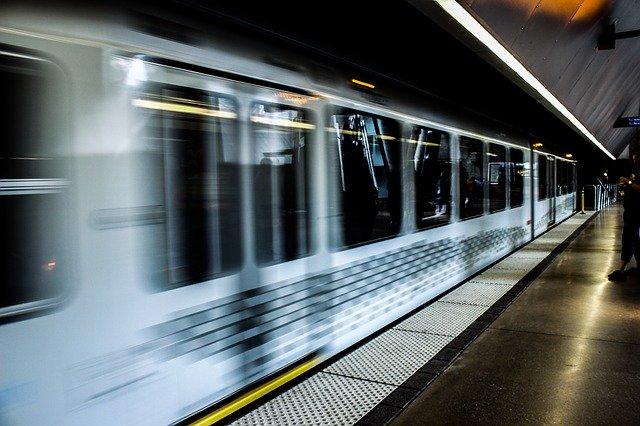 神の化身と呼ぶ電車に乗る人