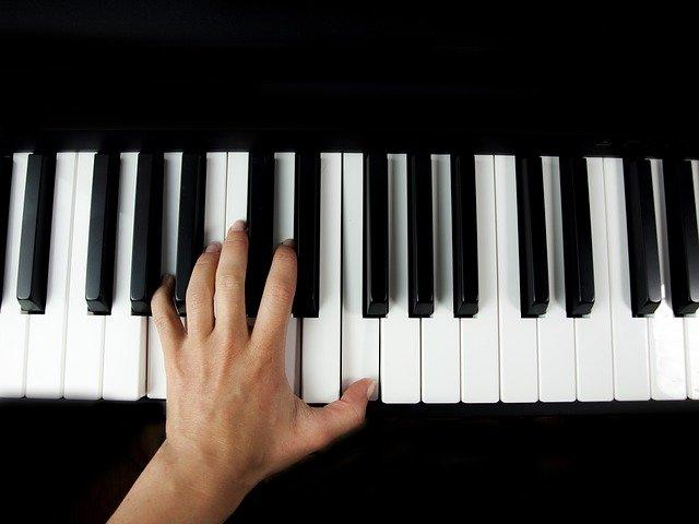 片手だけで肥育ピアニスト