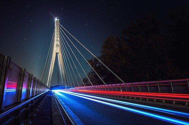 神の化身を見せた橋の上