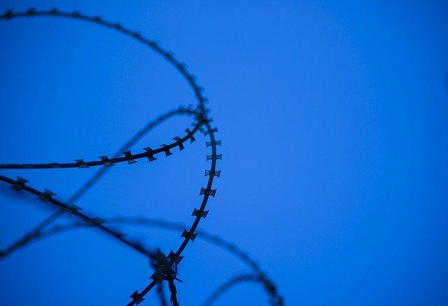 刑務所か自殺
