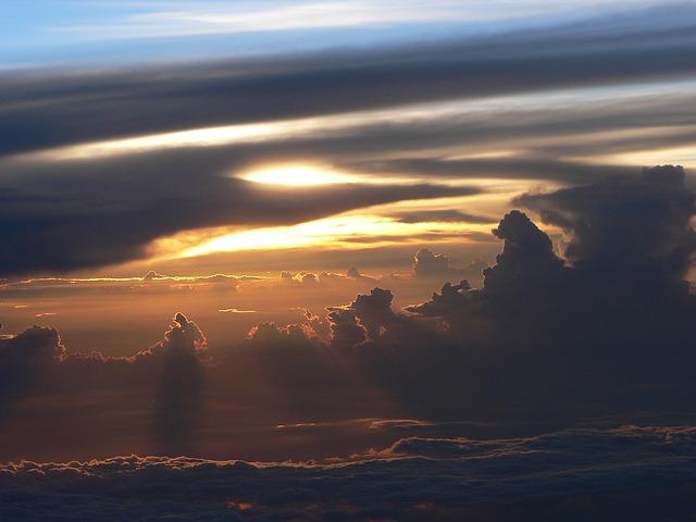 天国と地上の間に座る神