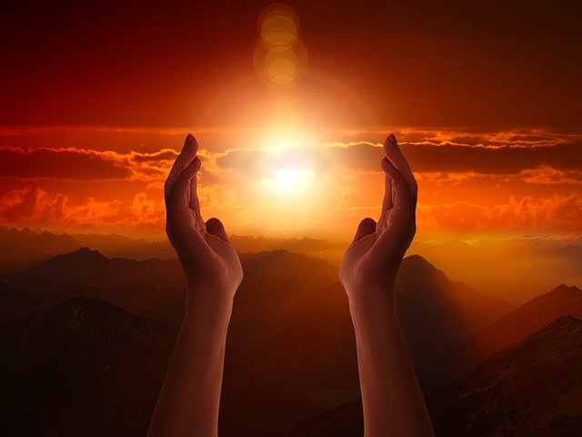 神に祈る女性