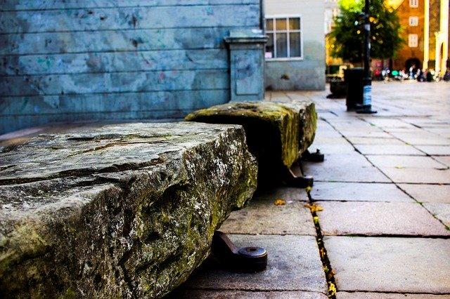 神が石のベンチ